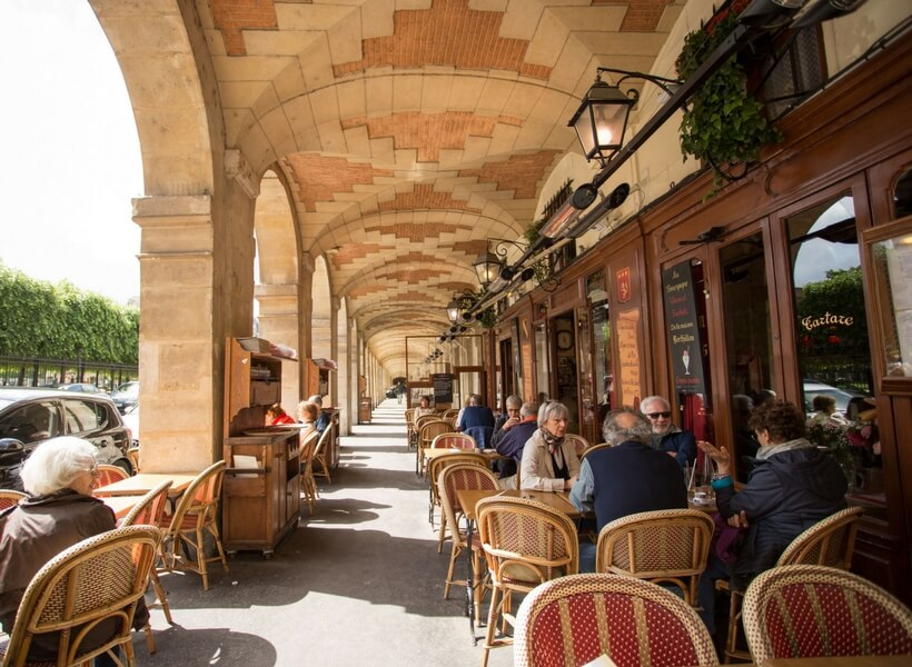 Le marais neighborhood, café around the Place des Vosges