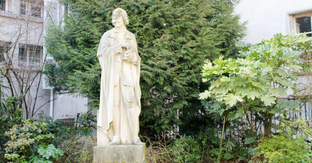statue of Volaire in Paris