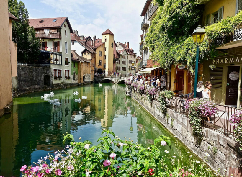 Riverbanks and cafés in Annecy