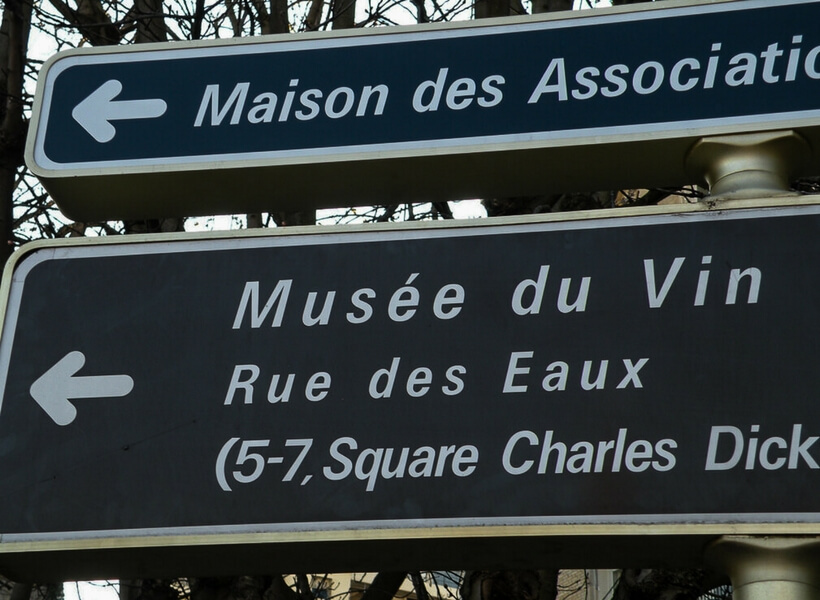 Sign that shows the way to the Wine Museum in Paris