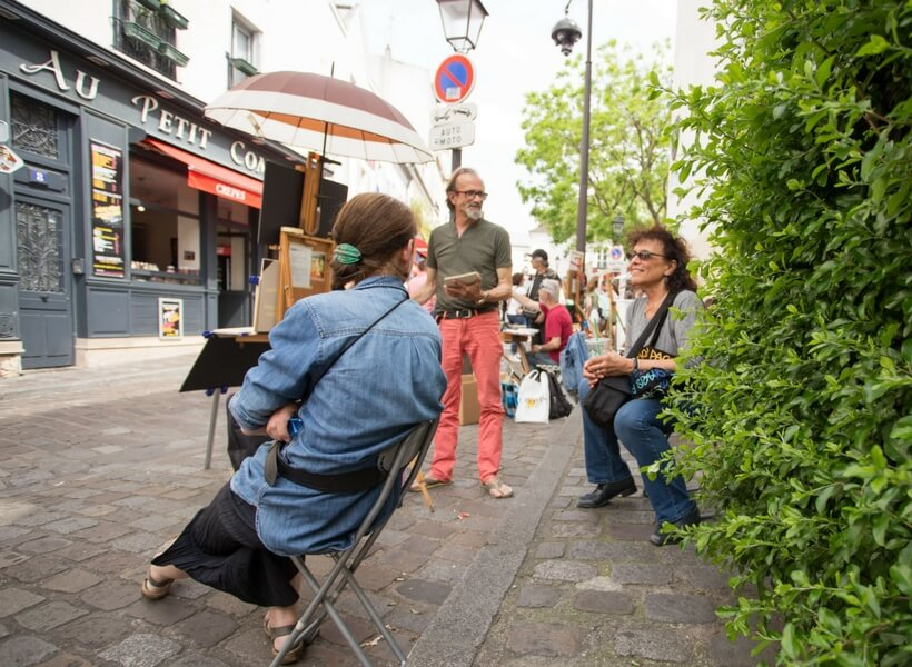 the lure of montmartre, episode 134; Elyse chatting with artists on place du Tertre
