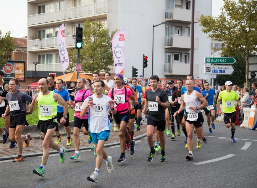 large group of people running in the toulouse marathon