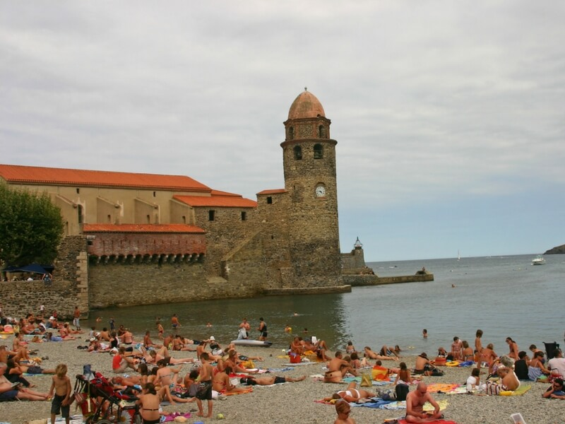 families on a beach, crowded beach, mediterranean sea, the fort of collioure