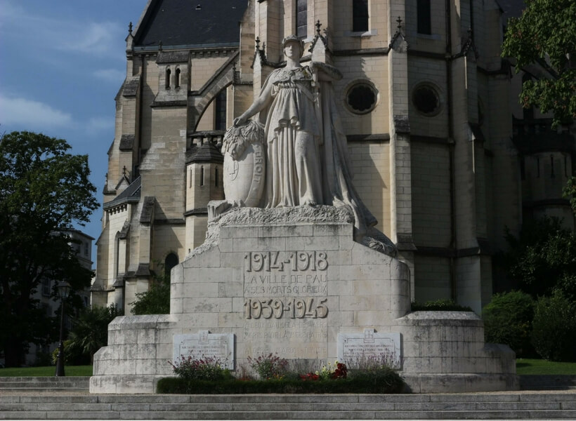monument honoring war dead in pau near the cathedral