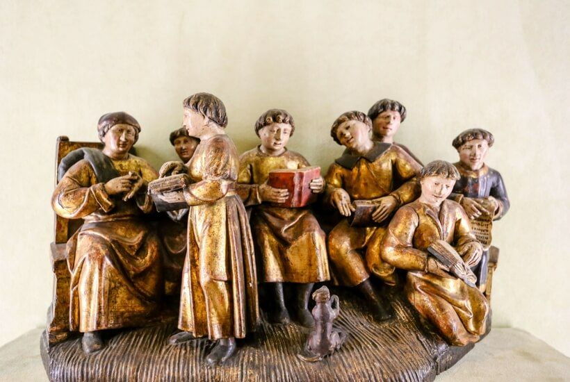 wooden painted sculpture at the cluny museum picturing young students. walking tour at the cluny museum in paris episode