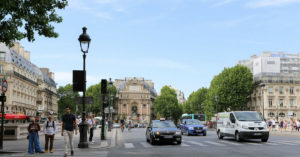 Paris street with taxi: Best Paris Airport Transfer