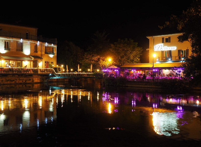 l'isle-sur-la-sorgue at night seen from one of the canals