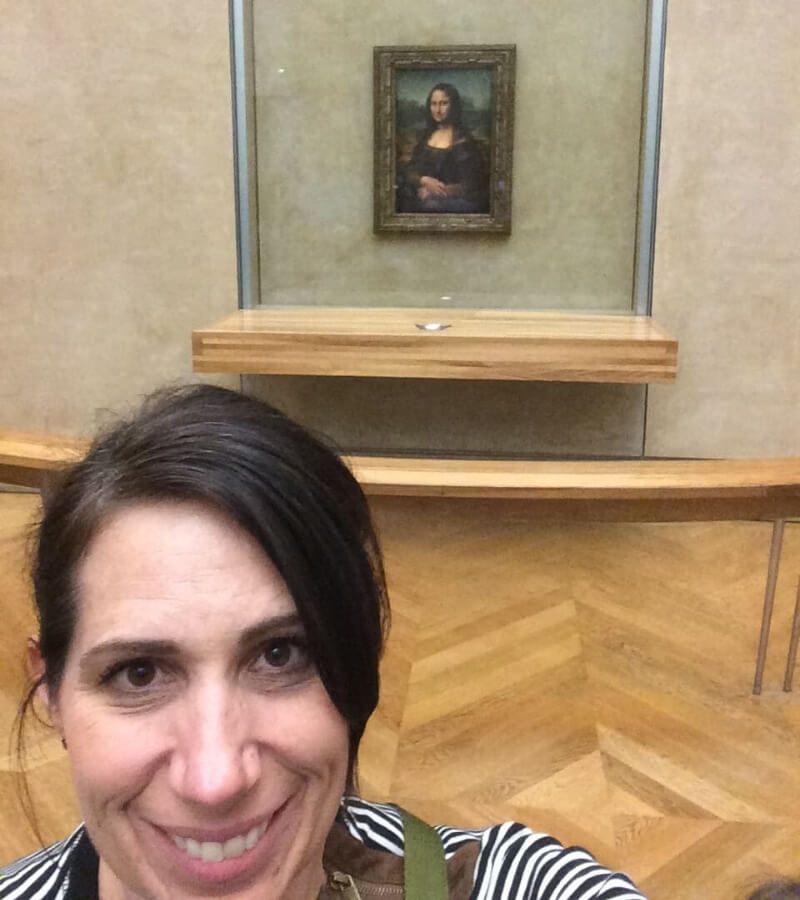 Corrie taking selfie in front of the Mona Lisa