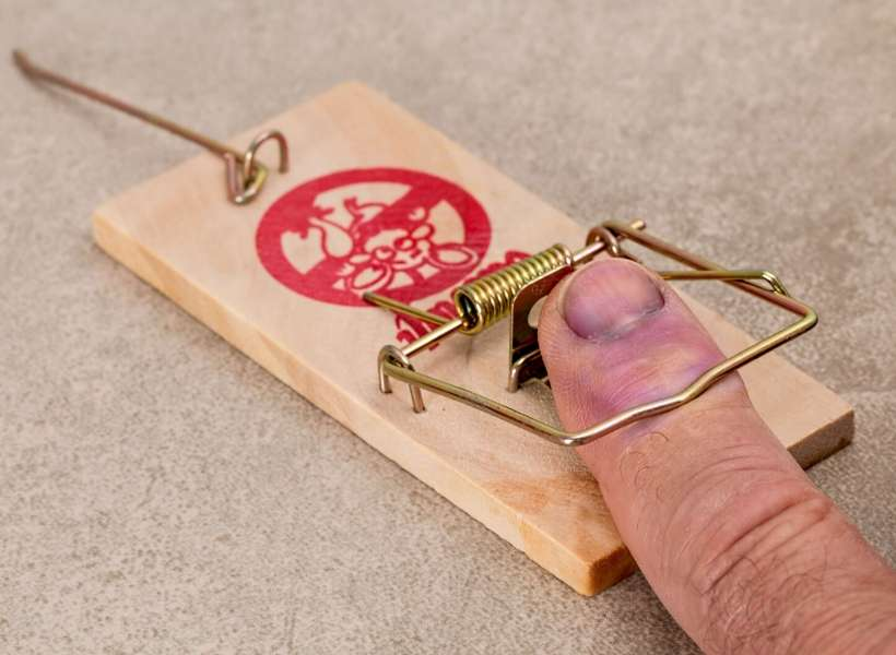 Man's finger caught in a mouse trap: 3 common mistakes tourists make in Paris episode