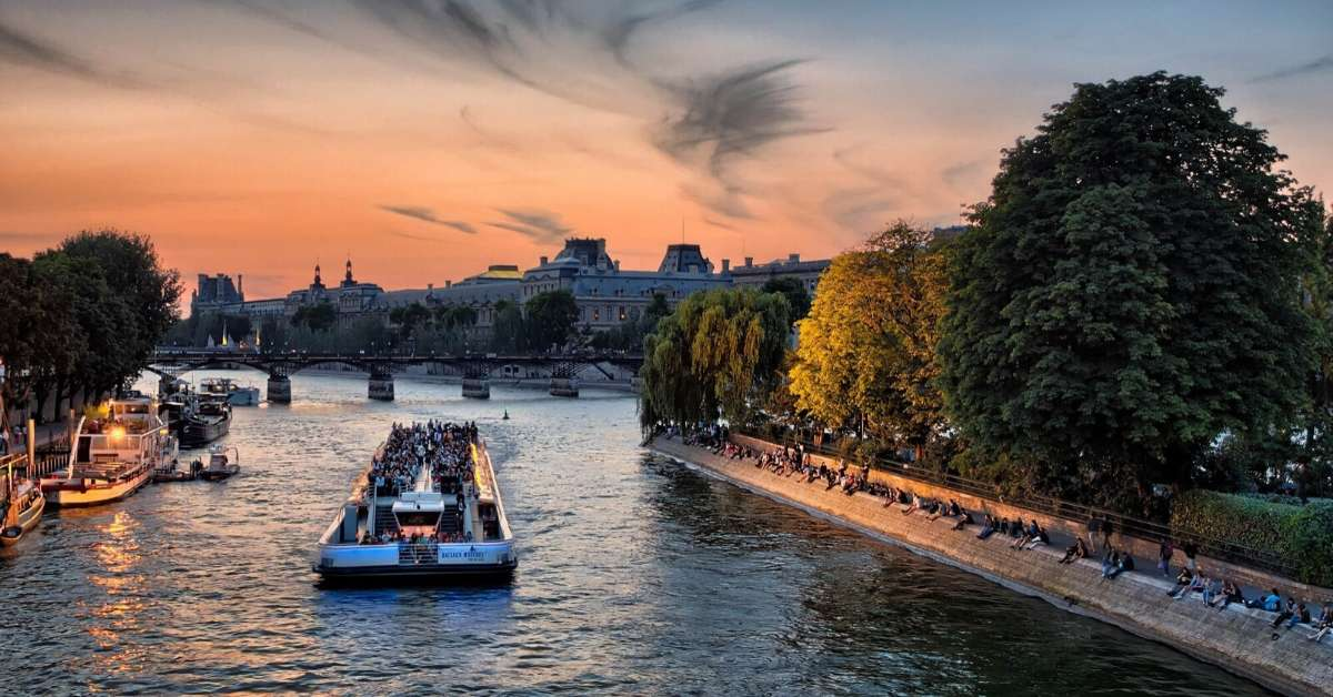 Visitors cruising on the Seine river by the Vert Galant: tours make a vacation better episode
