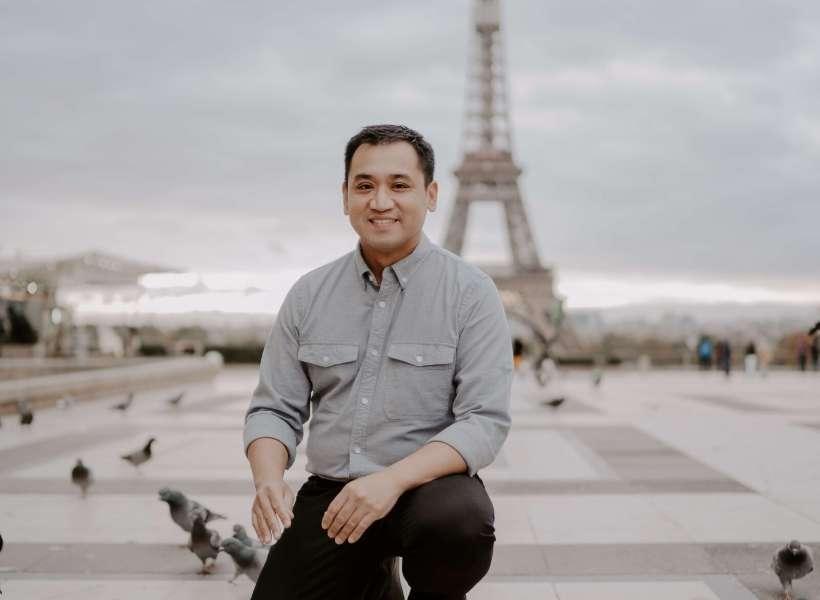 Ernesto de Jesus in front of the Eiffel Tower: brothers meet in Paris episode