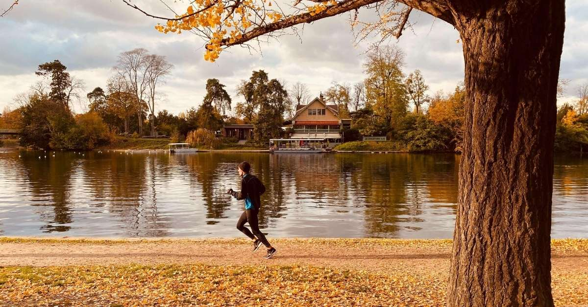Lake, jogger and trees: Bois de Boulogne episode