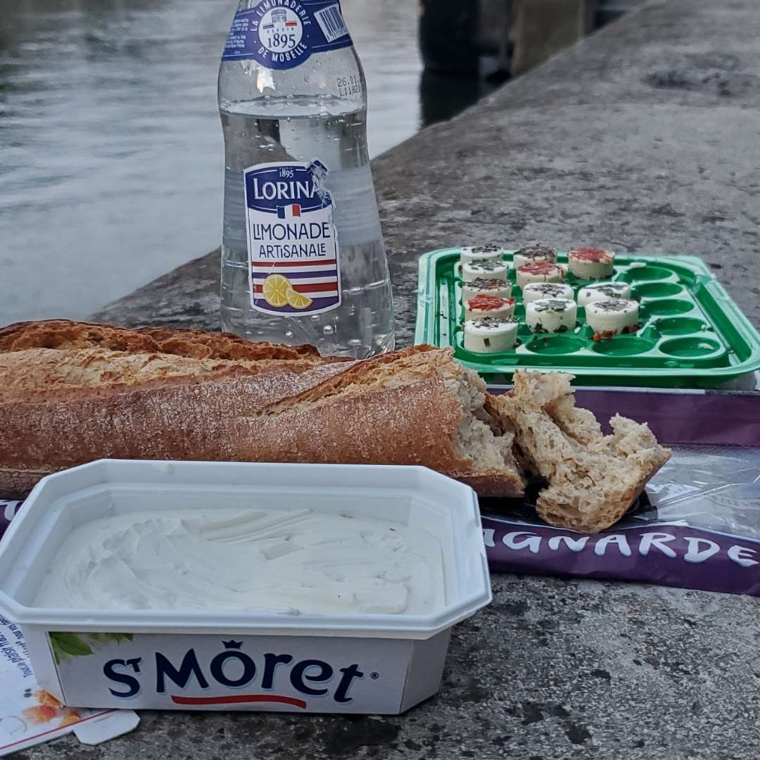 Saint Moret, baguette and limonade: a great picnic on the Canal Saint Martin!